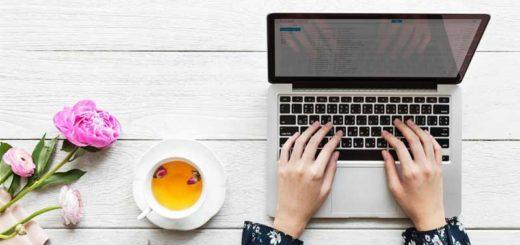 Pige på computer på arbejdspladsen