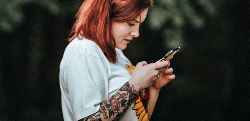 Pige med mobiltelefon