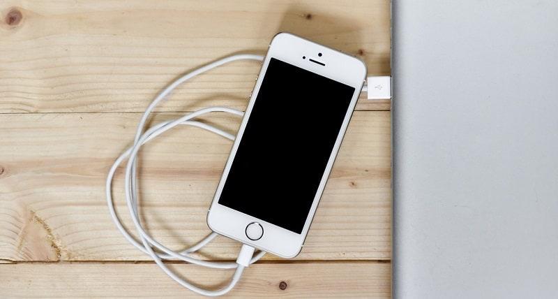 Mobil tilkoblet oplader i stikkontakt med USB