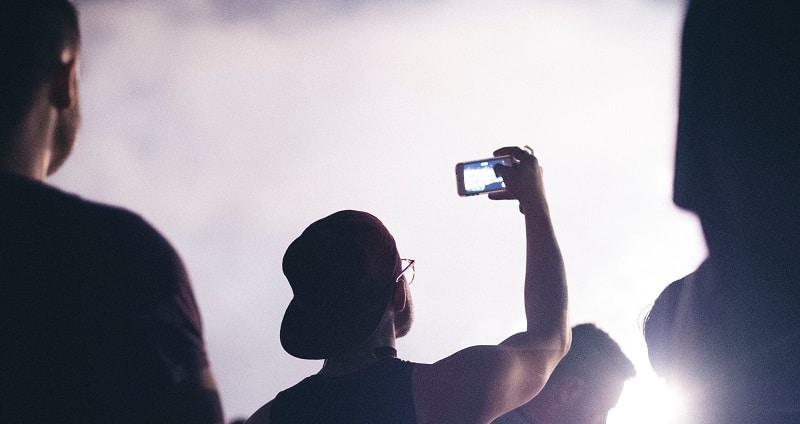 Mand filmer med sin mobiltelefon