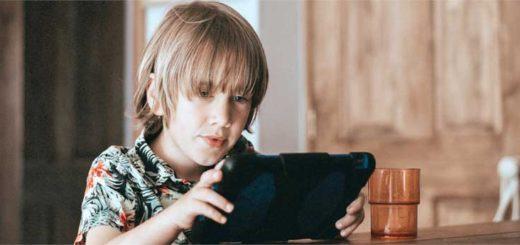 Barn programmerer i en iPad