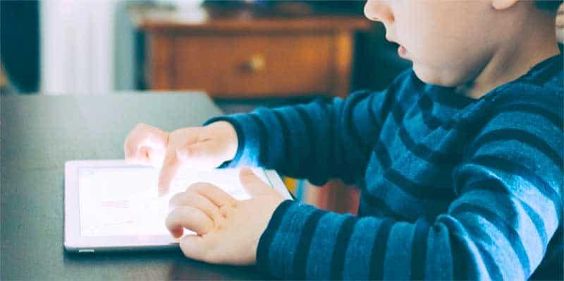 Lille dreng lærer at kode på mobilen