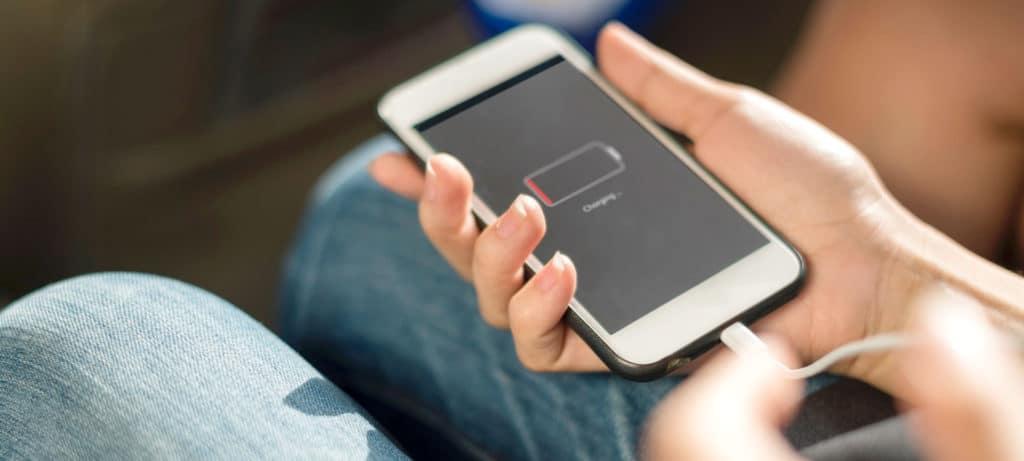 Strømoplader til mobilen er sat i telefonen